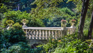 Lush gardens surround Victorian footbridge on one of the gardens many pathways. (Julia Pelish/Vacay.ca)