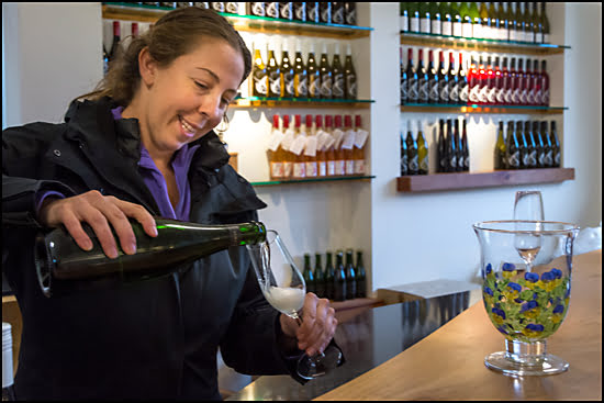 Michelle Schulze, the vineyard manager at Venturi-Schulze, pours taste of sparkling wine. (Julia Pelish/Vacay.ca)