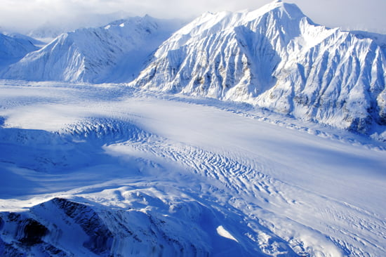 kluane-national-park-helicopter-tour-mountain-peaks-yukon