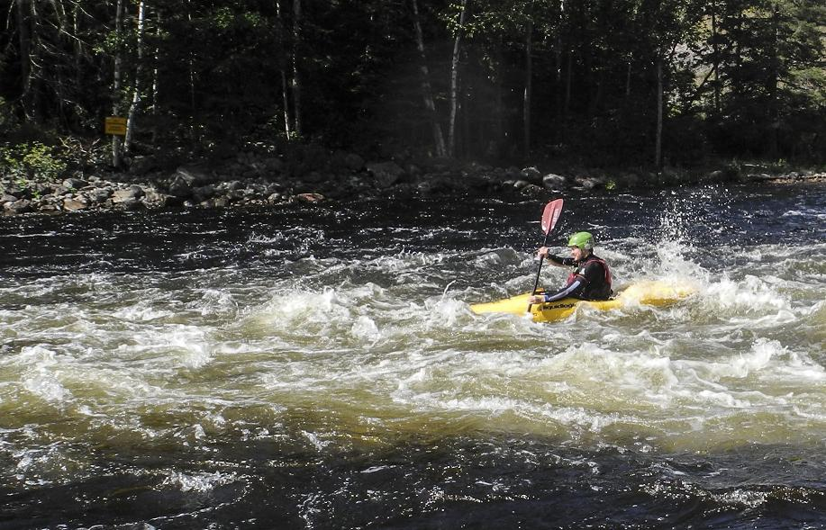 An instructor from the MKC kayak course manoeuvres through the whitewater of the Madawaska River. (Scott Whalen/Vacay.ca)