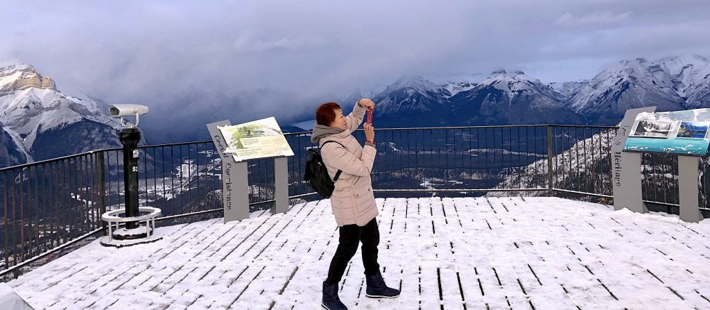 banff-woman-photographing-sulphur-mountain