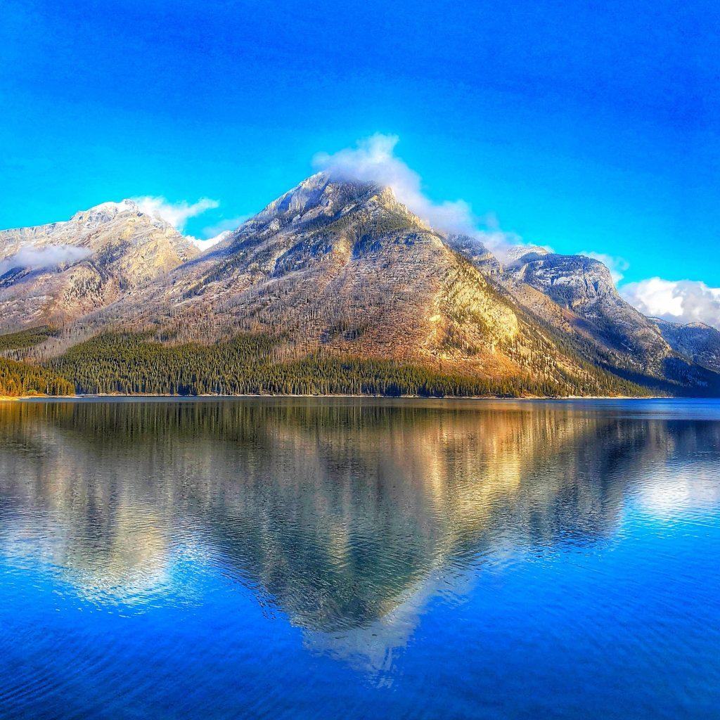 lake-minnewanka-water-scene
