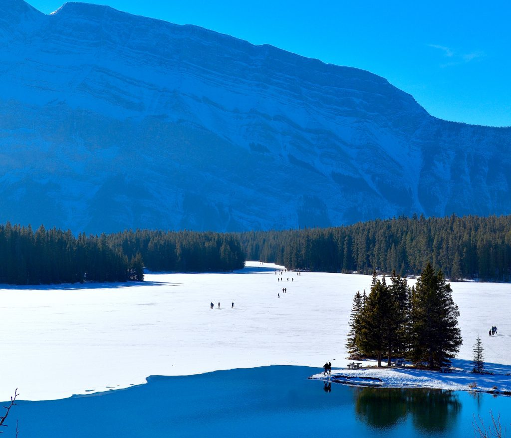 two-jack-lake-banff-winter-mountain