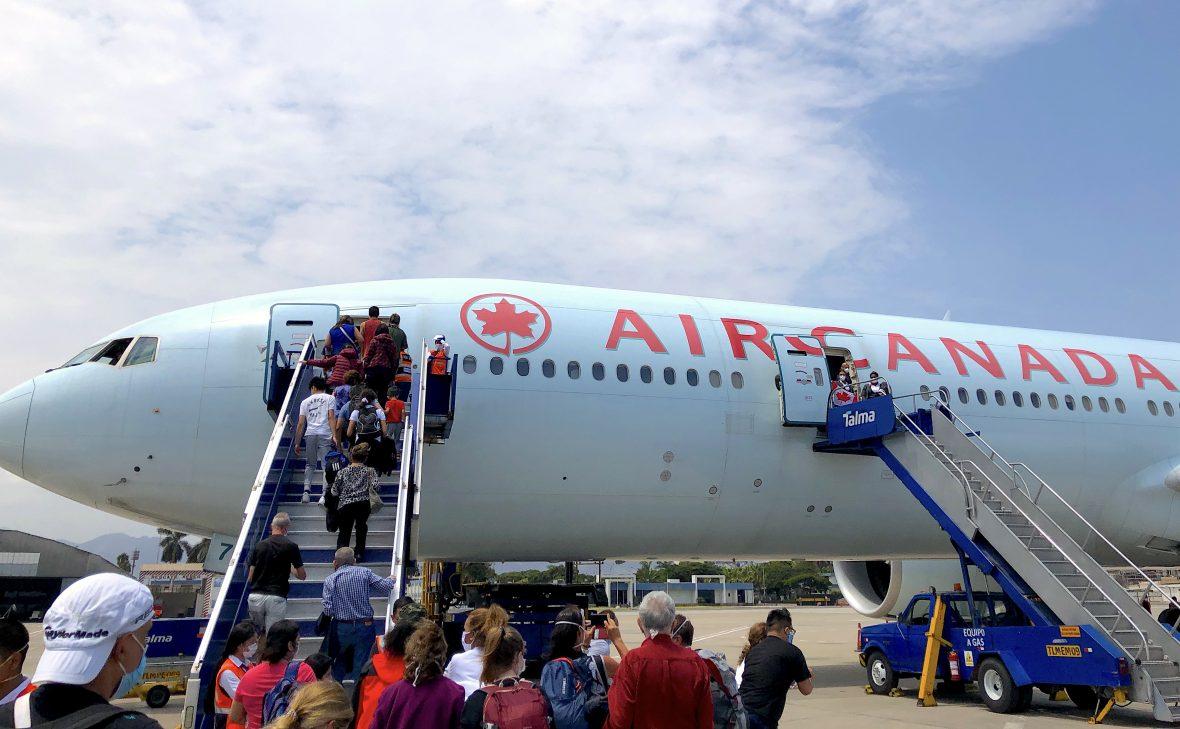 peru-air-canada-boarding