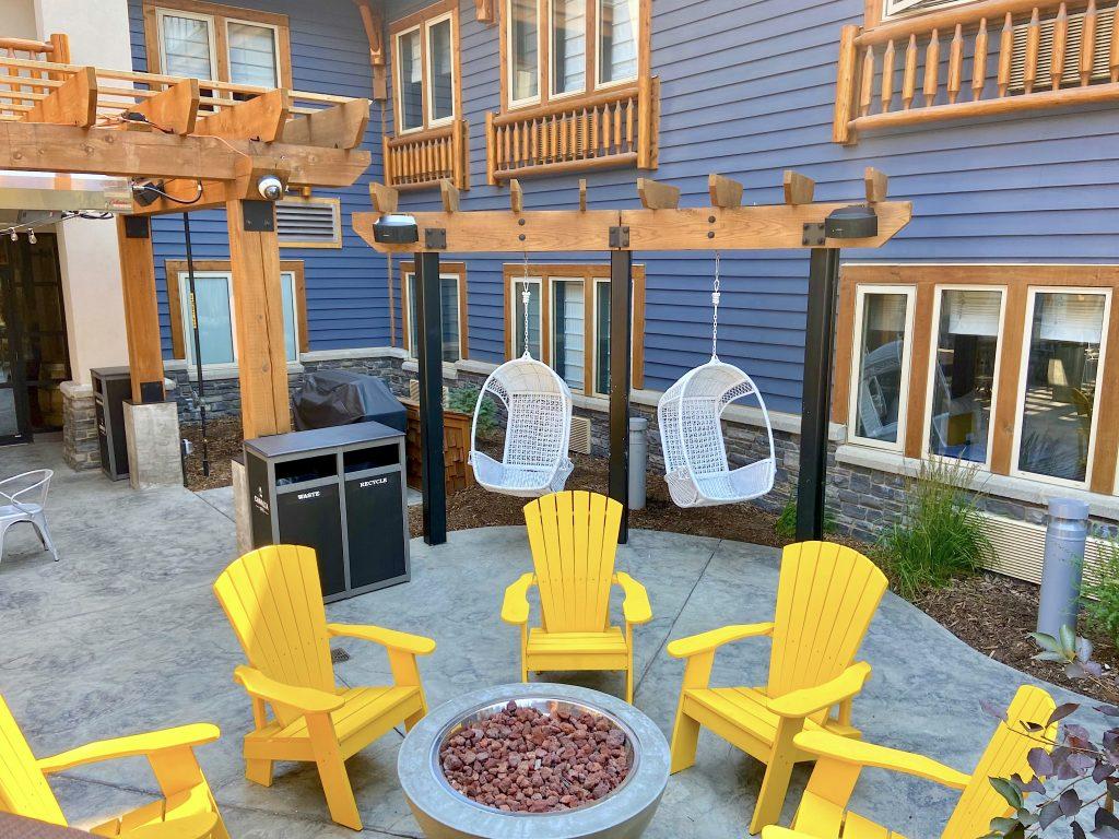 canalta-lodge-patio-banff